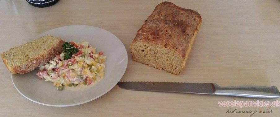 farebny salatik a chleba