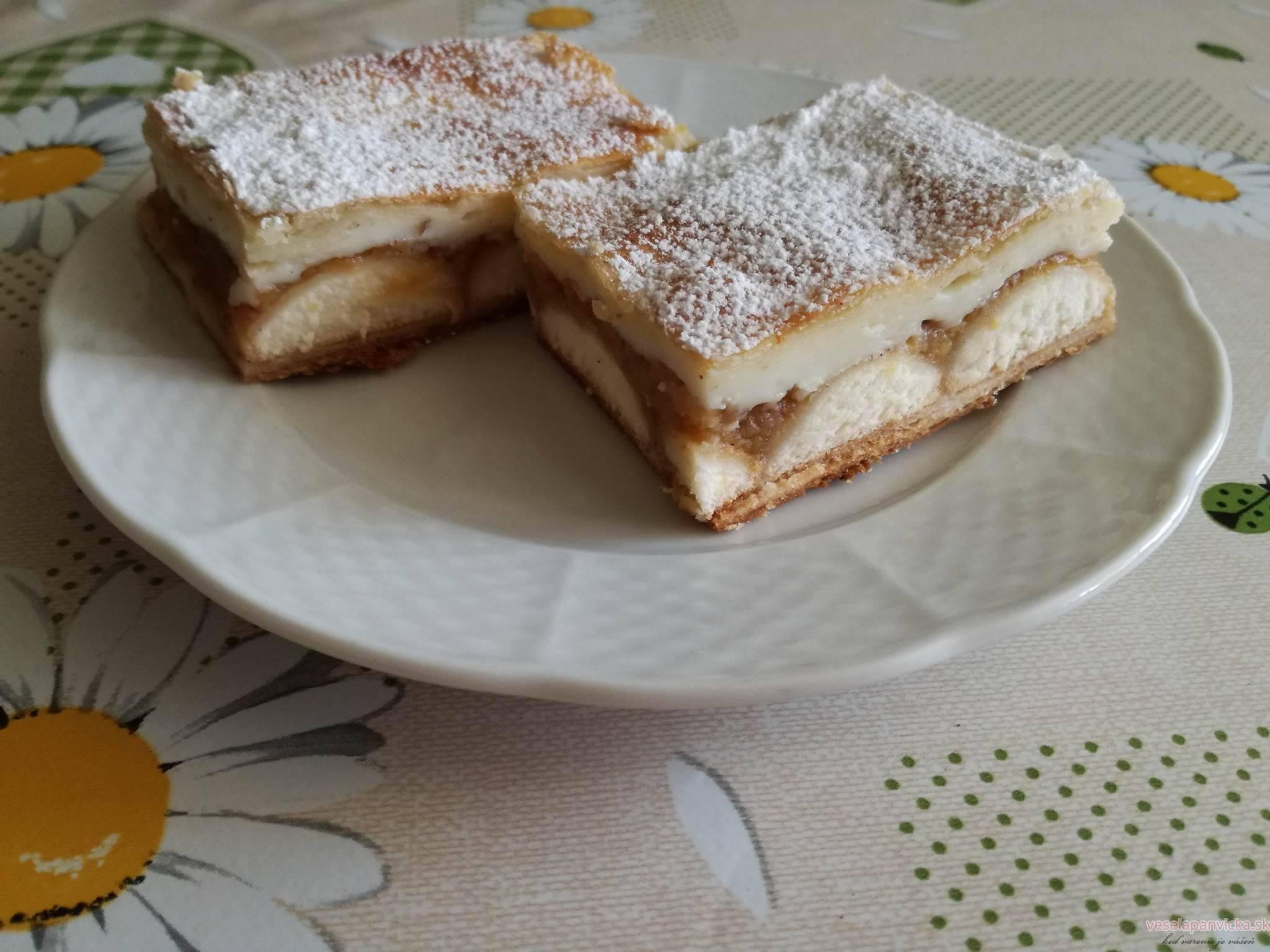 jablkovy kolac s piskotami a pudingom